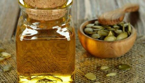 На фото: тыквенные семечки и мед