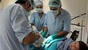 На фото: операция при фимозе у детей