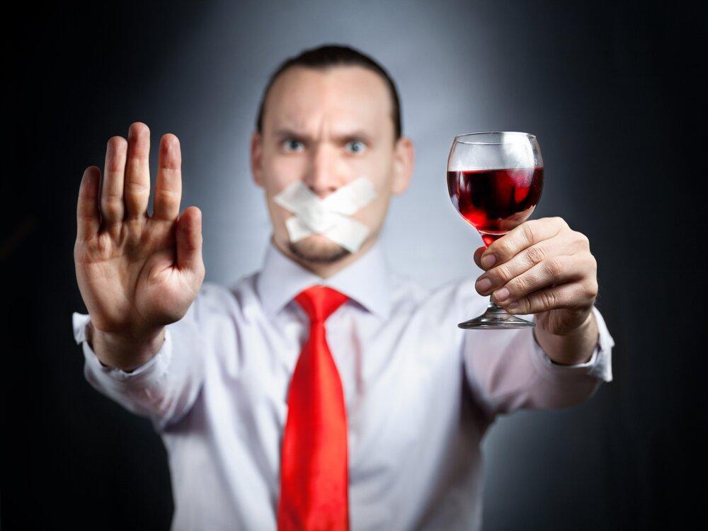 На фото: отказ от алкоголя