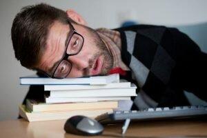 На фото: сонливость при передозировке Офлоксацином