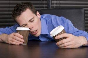 На фото: сонливость у мужчин