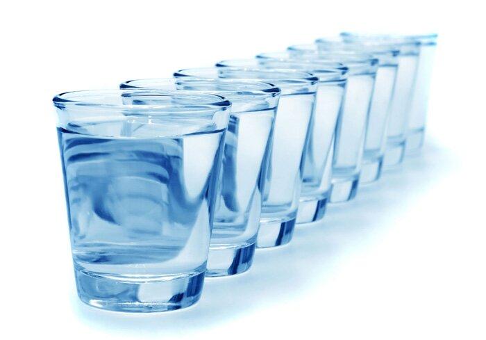 На фото: пить 2 л воды
