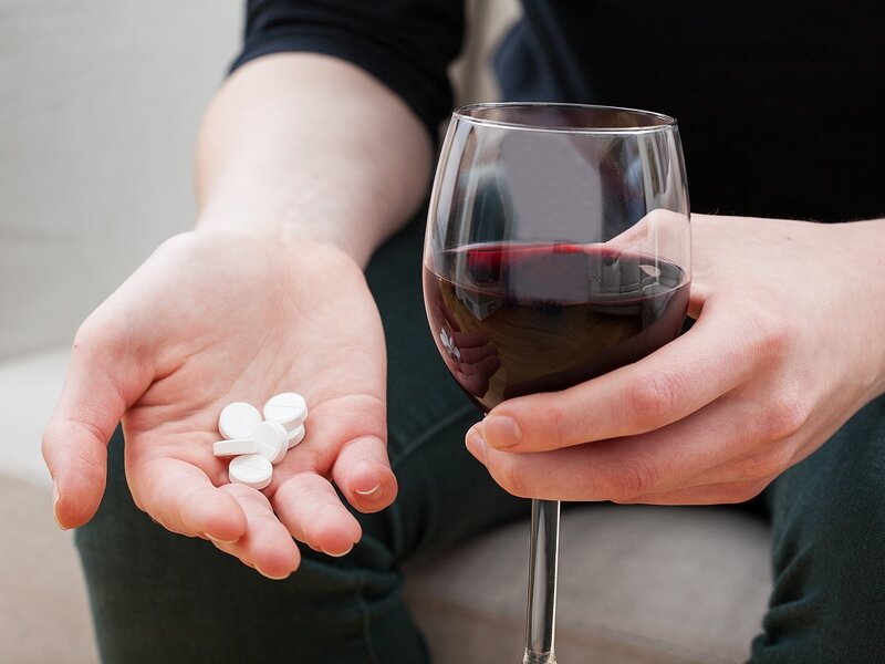 На фото: алкоголь и таблетки