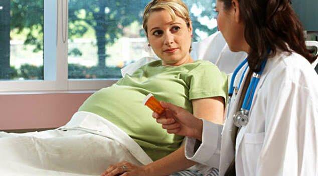 На фото: госпитализация беременной