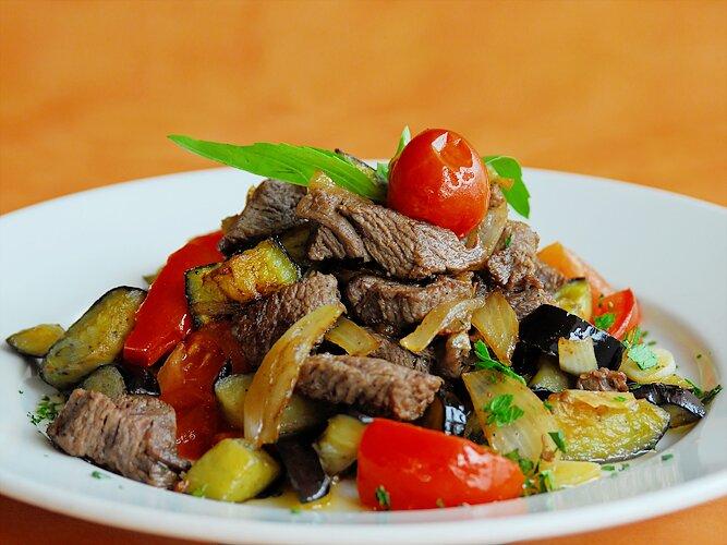 На фото: говядина с овощами