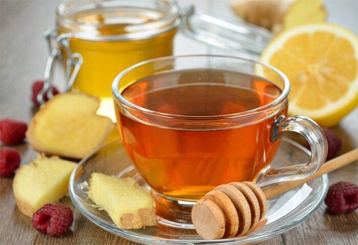 На фото: имбирный напиток с медом и лимонным соком