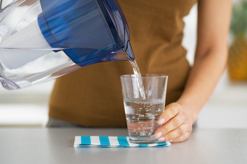 На фото: употребление малого количества воды