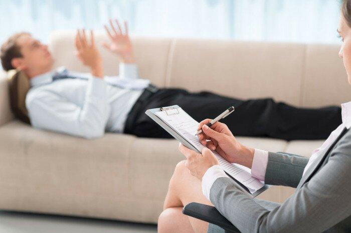 На фото: посещение психолога