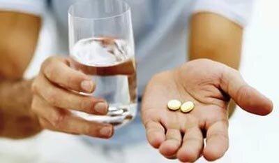 На фото: прием таблетки