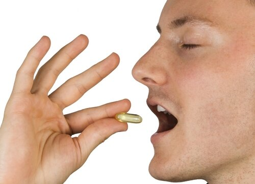 На фото: прием препарата