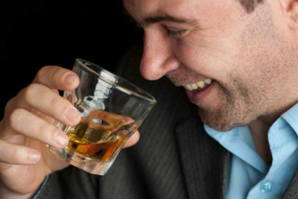 На фото: употребление алкоголя и потенция