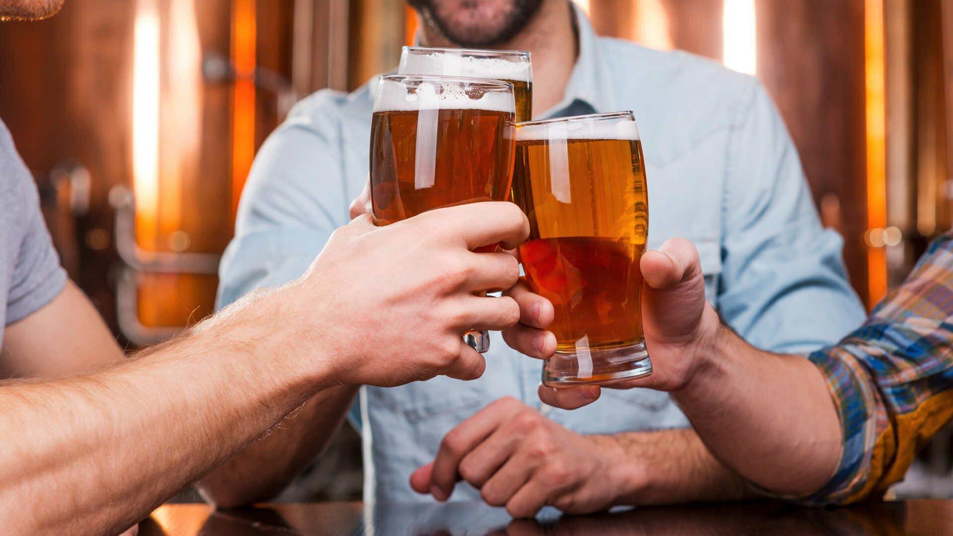 На фото: употребление пива