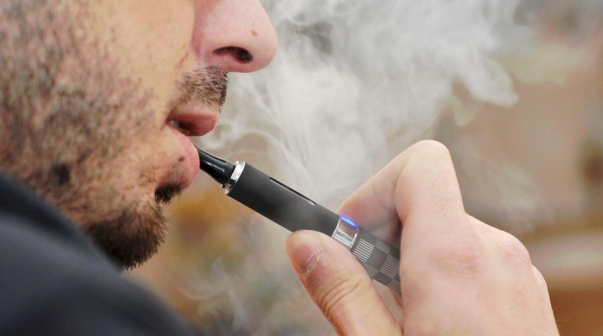На фото: вред электронной сигареты