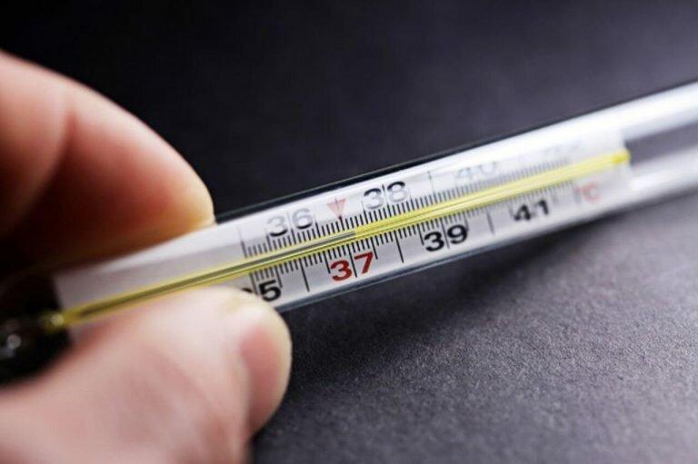 На фото: температура при цистите
