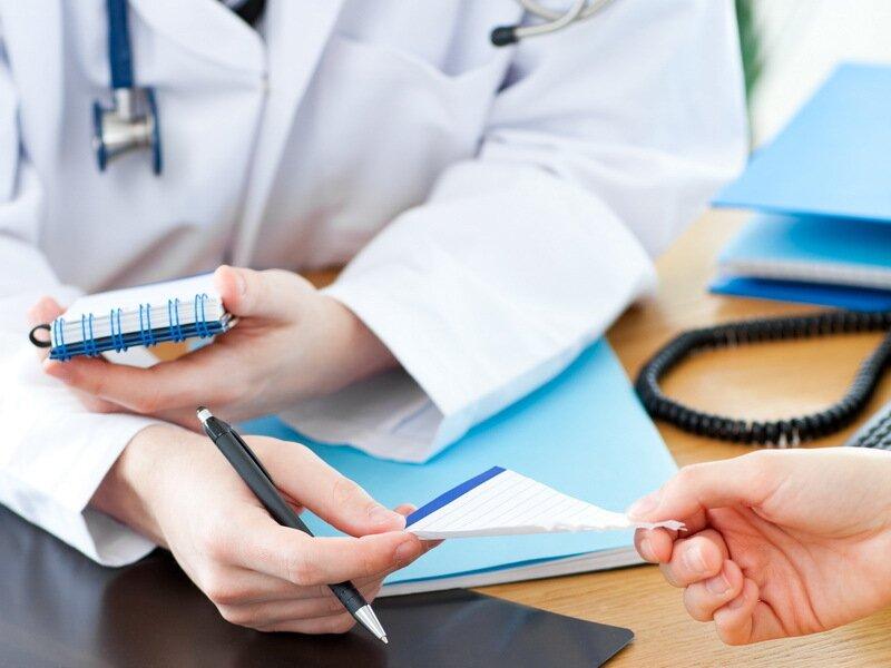 На фото: врач назначает препарат